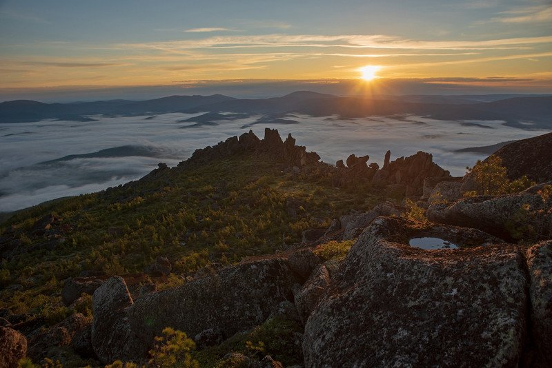 кутурчинское белогорье горы саяны утро туман долина лето скалы солнце тучи Луч солнца золотогоphoto preview