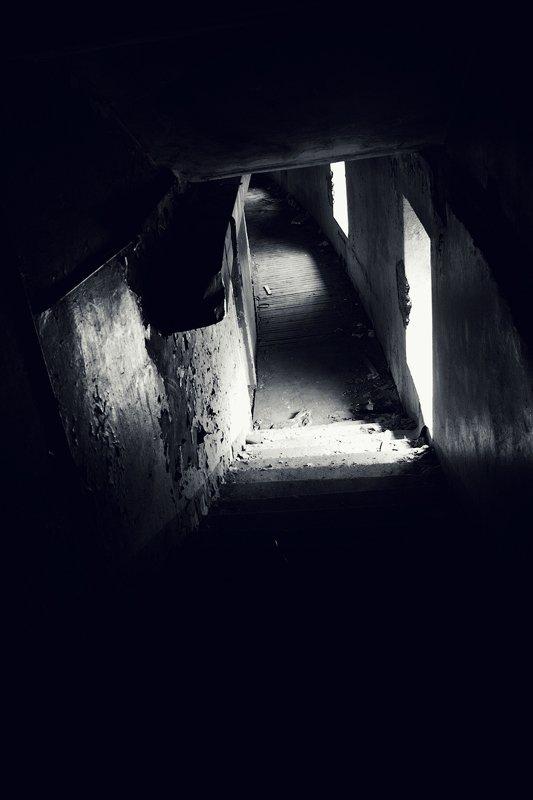 чб, заброшенное, коридоры поворотыphoto preview