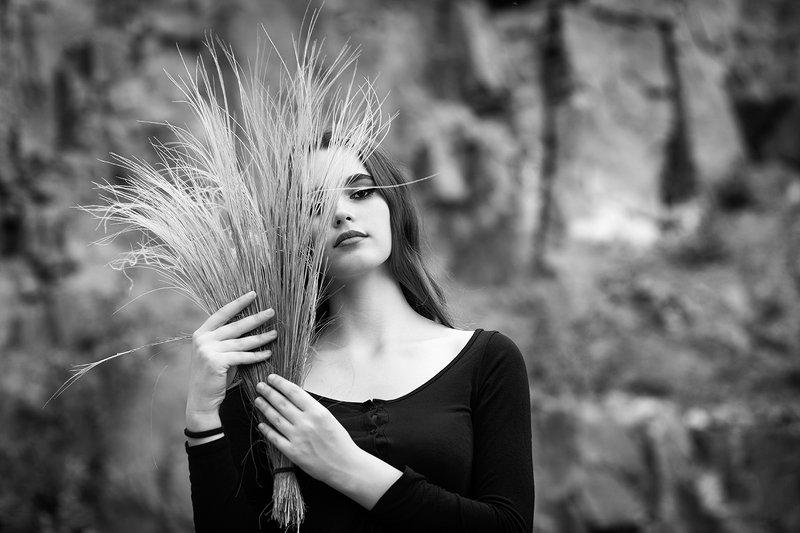 Девушка с букетом ковыляphoto preview