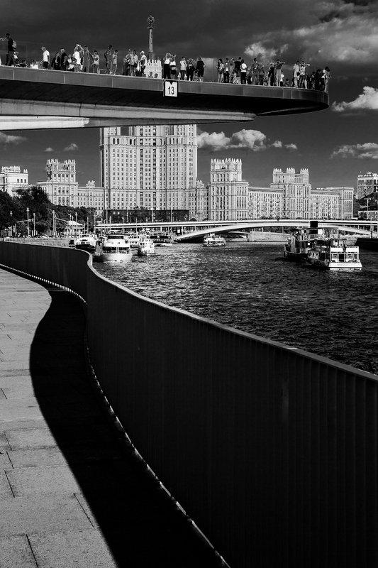 москва, москва-река, река, зарядье, набережная, город, столица, котельническая набережная, высотка, чб, городской пейзаж, bw, black and white Зарядьеphoto preview