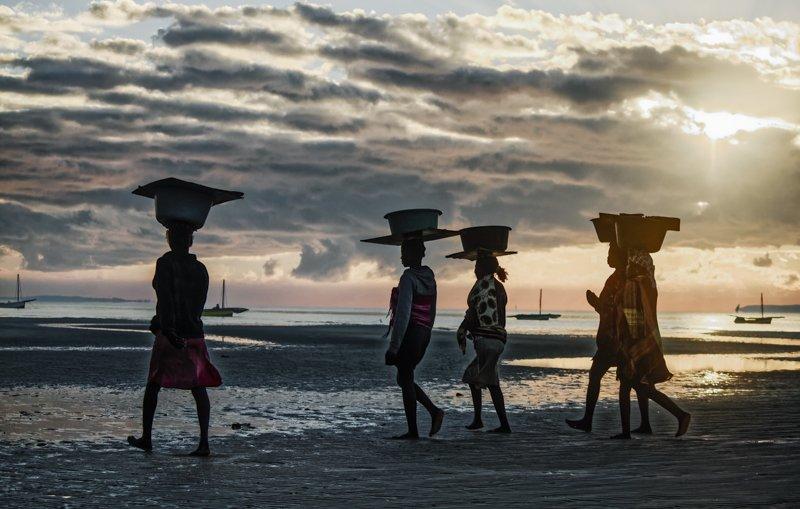 #jojoguachaphotography #jojoguacha #mozambique #streetphotography #reportage #culture #africanwoman #fishmarket Vila Peixephoto preview