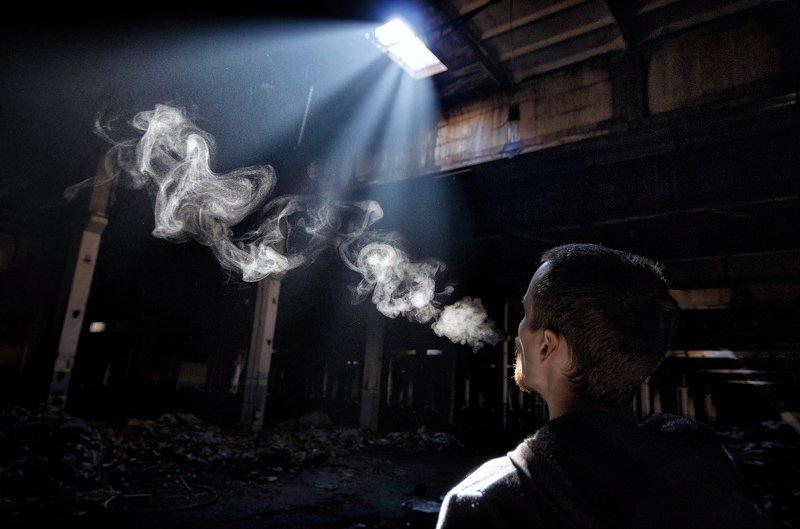 свет, чернобыль, заброшка, завод, припять, лучи, человек, дым, темнота, путь К светуphoto preview