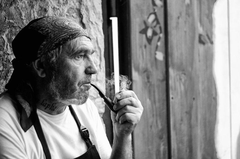 чб люди портрет бармен трубка хозяин бараphoto preview
