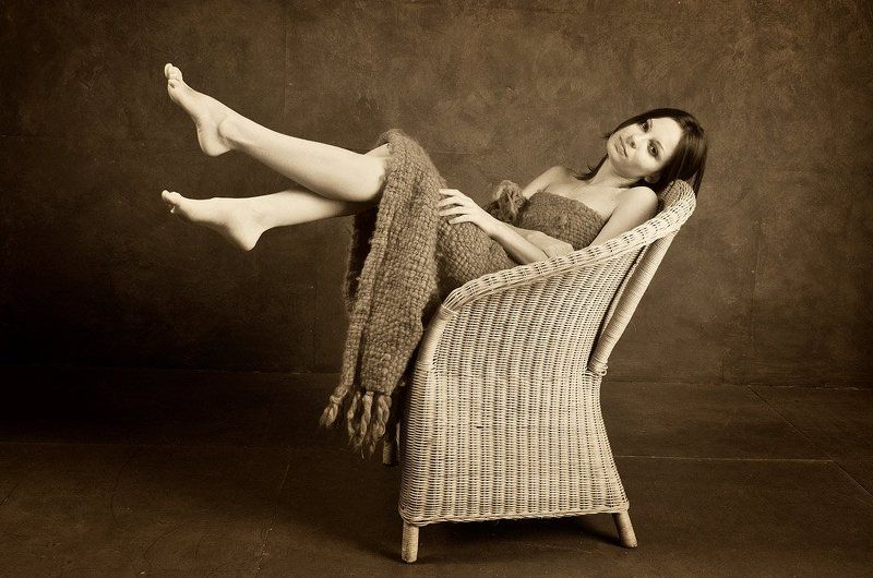 равновесие девушка стул про равновесие.... комползицииphoto preview