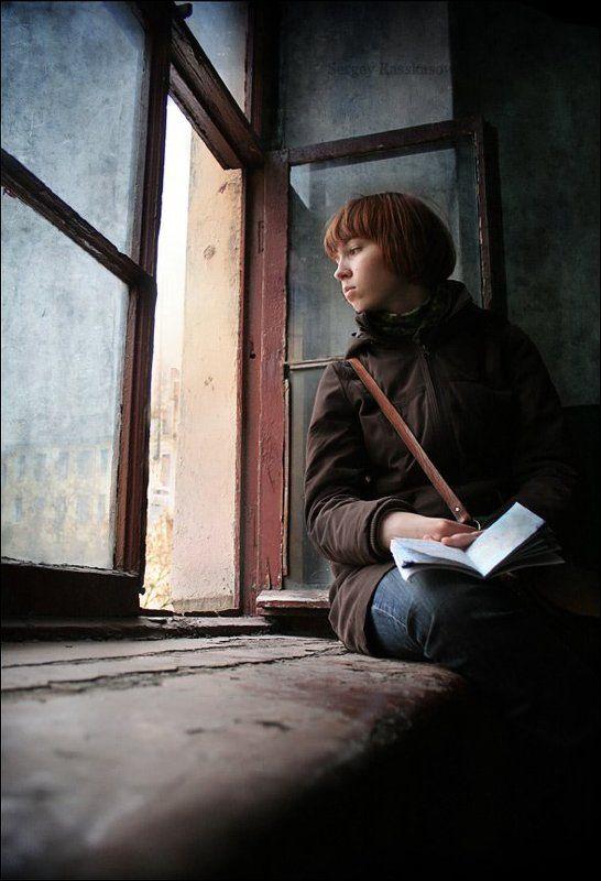 окно, подоконник, петербург, девушка падая в мыслях..photo preview