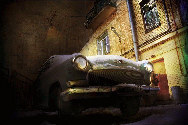 машина, двор, петербург, волга, москвич, свет фар, фары, ночь, вечер, луна, иероглифы И на луну все так же каждый день он выл..photo preview