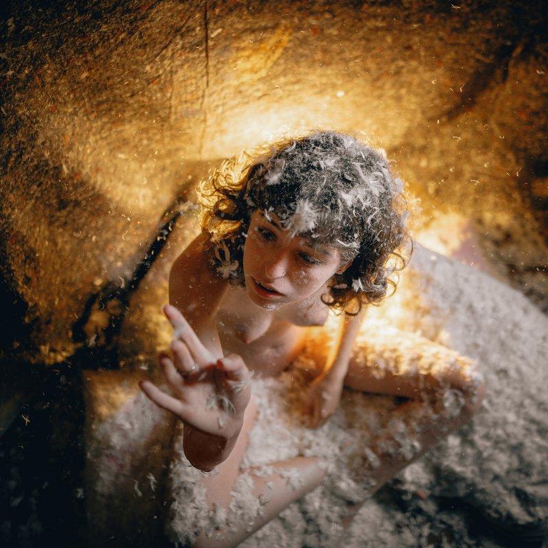 девушка, модель, прическа, перья, пух, свет, лучи, взгляд, изгиб, темнота, тишина, Россия Home angelphoto preview