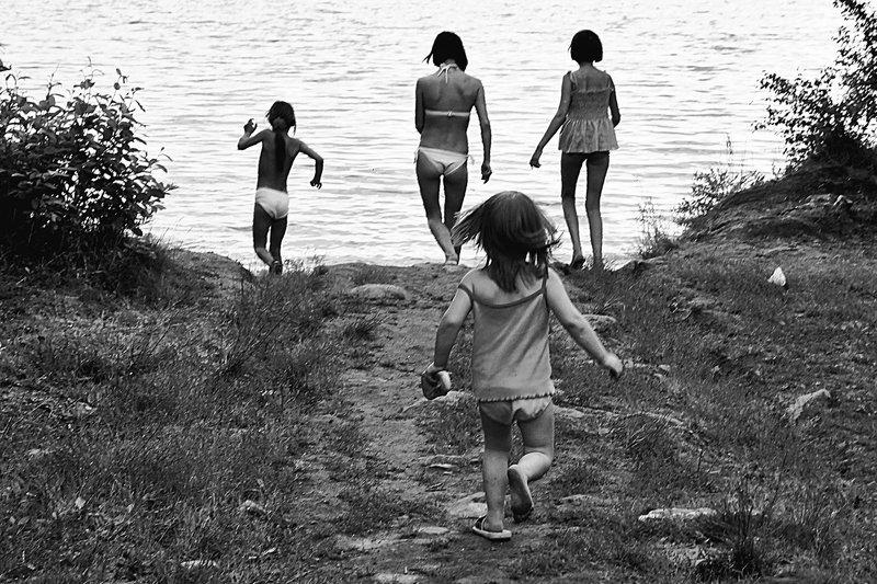 лето, озеро, дети, женщина, чб, апатиты На озеро купатьсяphoto preview