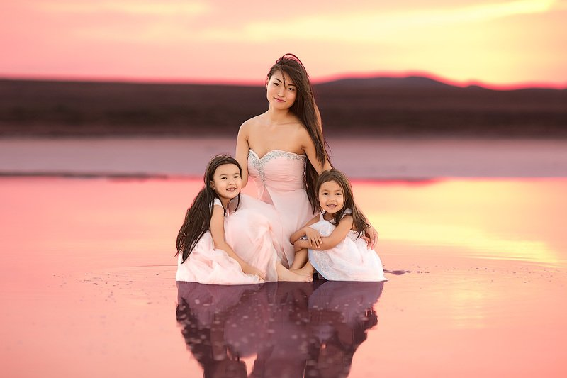 красивый свет, закатное солнышко, фотопрогулка, девочки, дети на фото, детская фотосессия, детский и семейный фотограф, радость, счастье, детский фотограф, фотосессия, радость, мама и дочки, девочки, малышки, маленькие дети, розовое озеро, лето, восторг Кояшское озероphoto preview