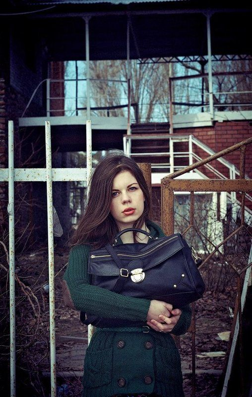 девушка, забор, портфель, руки, взгляд ---photo preview