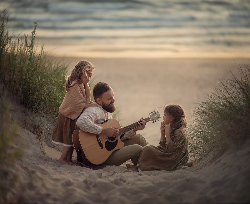 Дети, море, гитара, папа и дочки Я спою тебя песню волшебную...photo preview