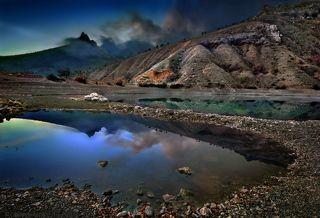 Белый камень на изумрудном озере