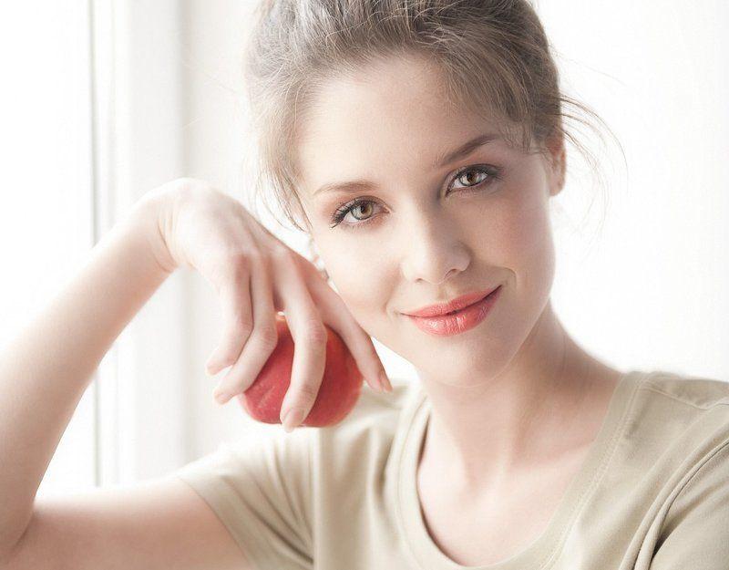 портрет девушки с яблокомphoto preview
