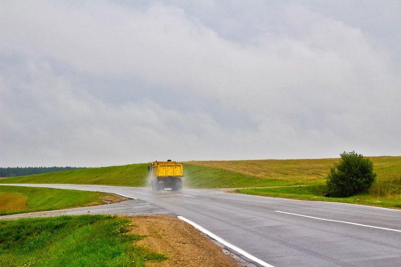 дорога, поле, природа, небо, дождь, автомобиль дождливый пейзаж с желтым грузовикомphoto preview