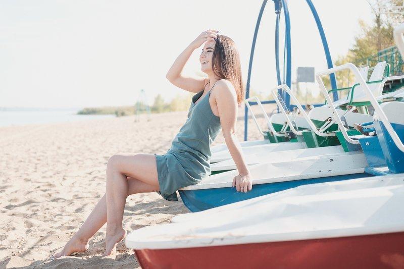 пляж, девушка, платье, катамаран, река, солнце photo preview