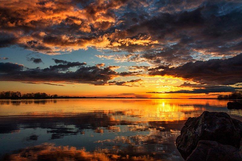 В июле я видал роскошный отблеск рая: Сжигал себя закат безумием цветным ...photo preview