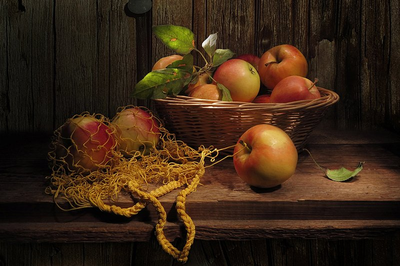 натюрморт ,яблоки,авоська,корзина Зацепилось яблочко!photo preview