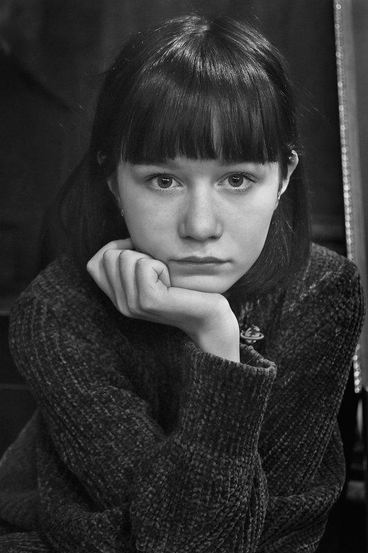 портрет, девушка, глаза, взгляд, апатиты, чб Портрет в темном свитереphoto preview