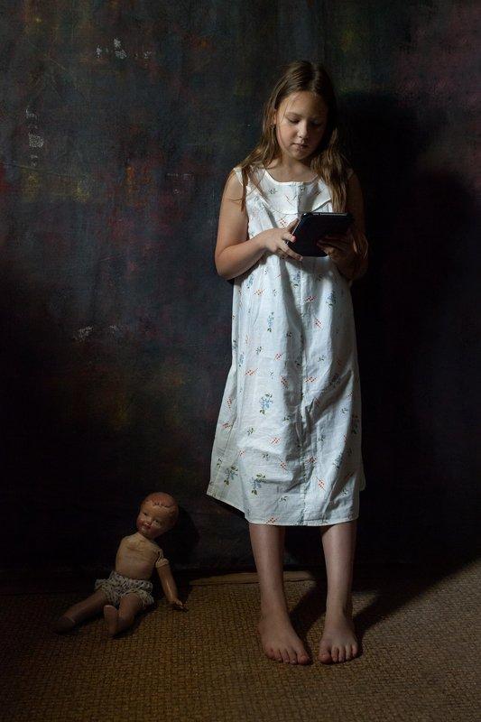 портрет, постановочная фотография, модель Девочка и планшетphoto preview