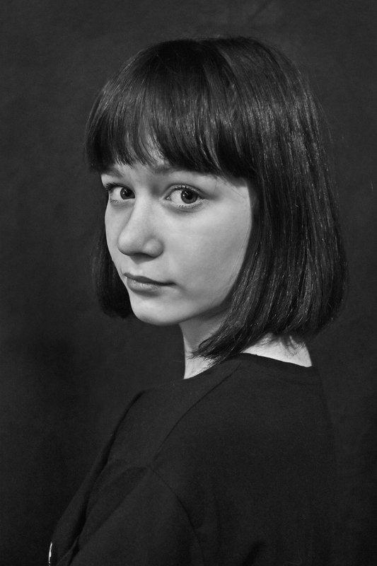 портрет, девушка, глаза, взгляд, апатиты, чб Портрет в полоборотаphoto preview