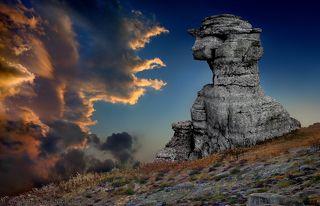Каменные идолы просыпаются по вечерам…