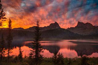 Пылающий закат над озером Светлое