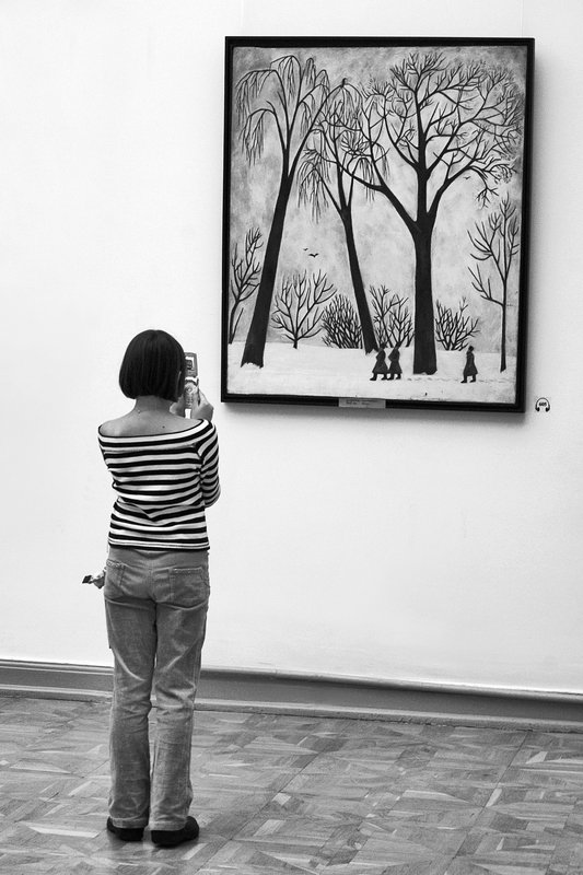 девушка, картина, музей, чб, апатиты Наедине с картинойphoto preview