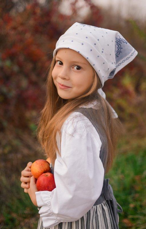 осень, яблоки, девочка, ребенок Сладкая осеньphoto preview