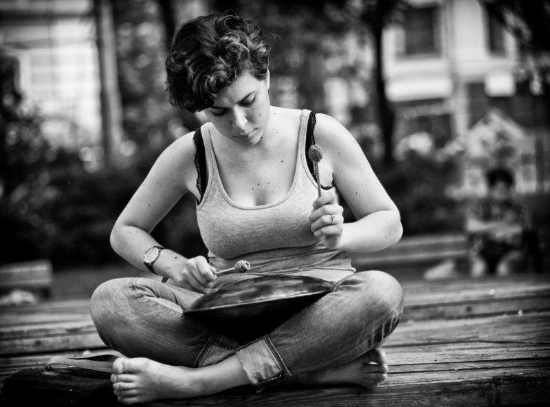 девушка, чб, портрет, жанр, улица девушка играющаяphoto preview