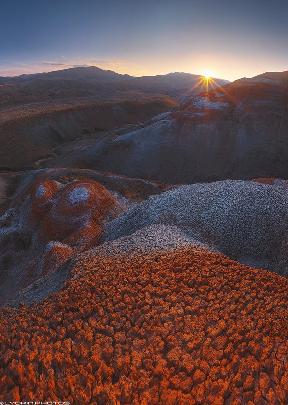 Неземной пейзаж красных гор Хызыphoto preview