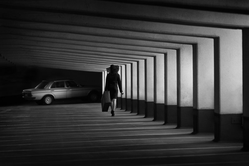 mercedes-benz,parking garage, bnw, lady, hat, car, parking time to driving homephoto preview