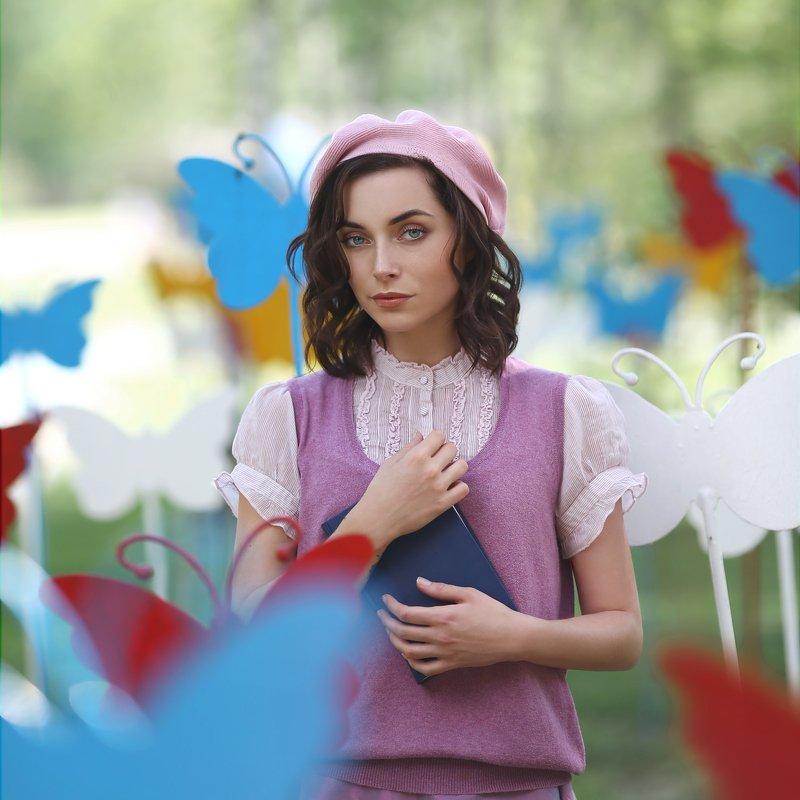 француженка, девушка с книгой, берет, девушка в берете, бабочки, синяя книга, разноцветные бабочки, в парке, летний день photo preview