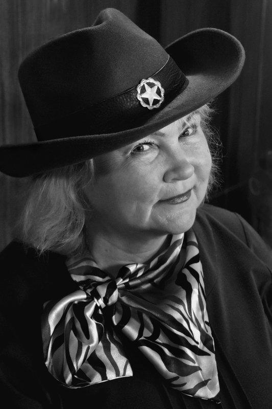 портрет, женщина, глаза, взгляд, шляпа, апатиты, чб Тётушка Марджphoto preview
