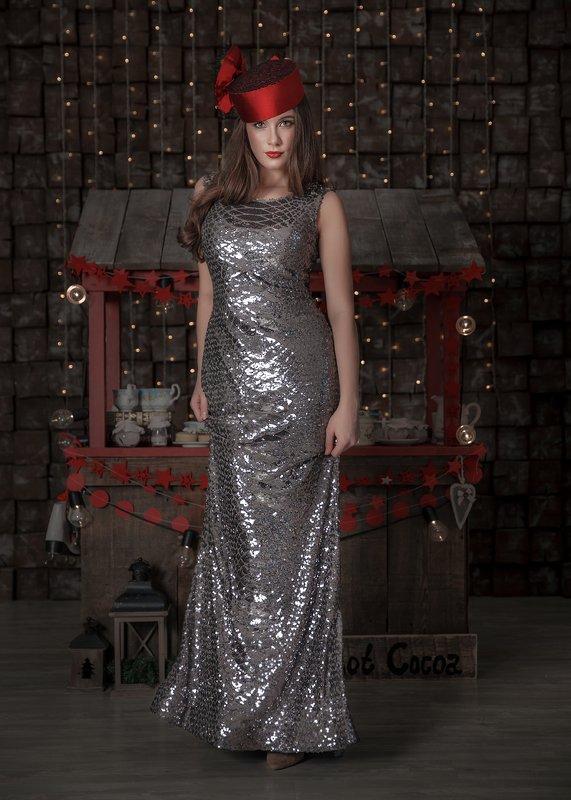 новый год 2020, модный образ, платье в пайетках, девушка бонда, красная шляпка, гламур ***photo preview