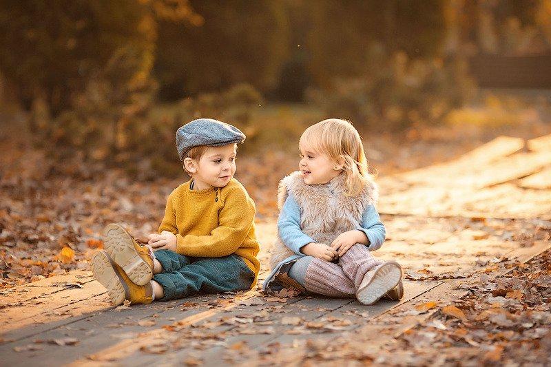 фотограф, зеркальный фотоаппарат canon mark iii, фотопрогулка, девочка и мальчик, осень, закат, дети, семейная фотосессия, детский фотограф, малыши, счастье, радость, дети на фото, детская фотография, любовь, друзья, восторг Эмилька с другомphoto preview