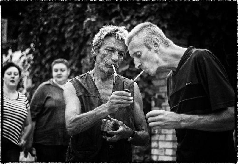 чб, улица, лето, люди, курильщики подкурить..photo preview