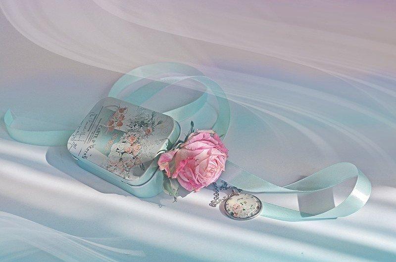 Натюрморт часы роза время лента коробочка радость любовь  Маленькая вещьphoto preview