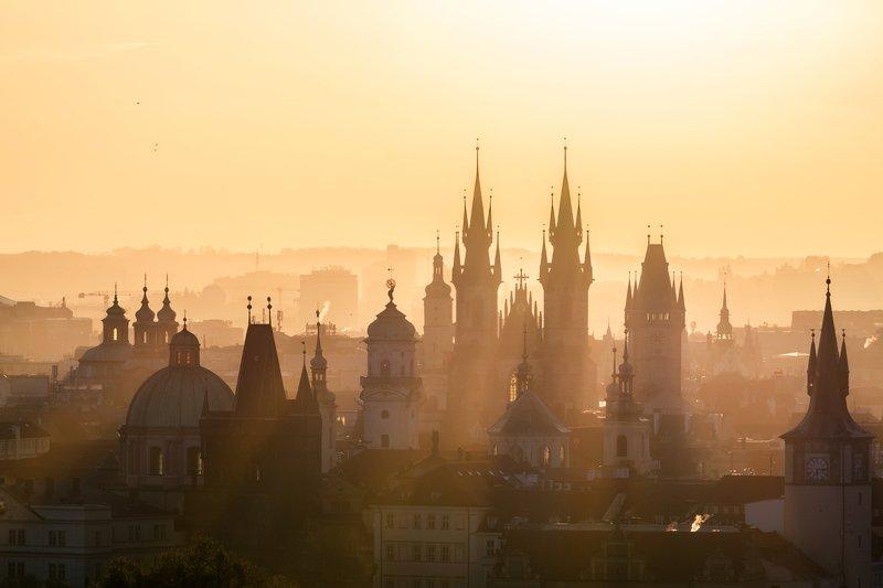 прага, рассвет, огонь, утро, красный, город, башня, небо, облака, храм, туман, лучи Сквозь туманphoto preview