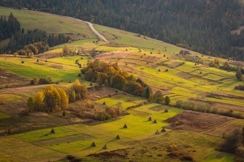 карпаты. осень. вечер. долина. стога сена. Вечер в Карпатахphoto preview