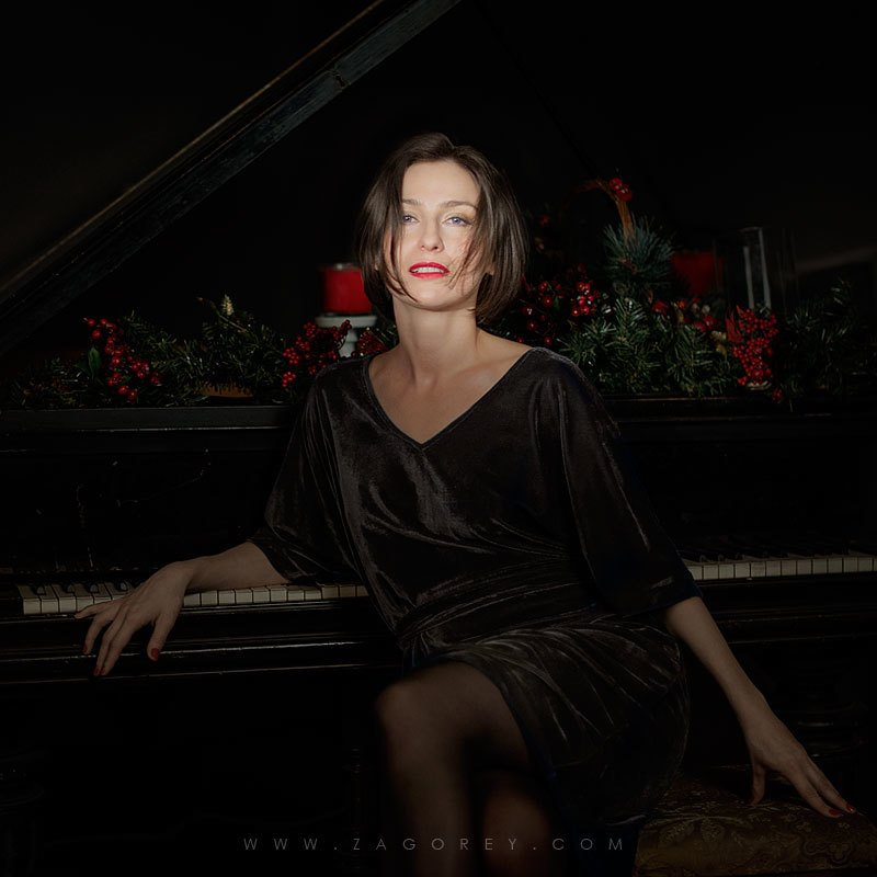 Woman pianistphoto preview