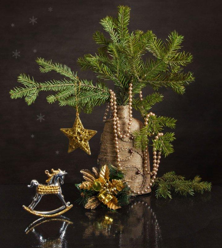 натюрморт, новый год, праздник, ветки ели, украшения, игрушки, бусы, лошадка, звезда, ваза В ожидании Нового годаphoto preview