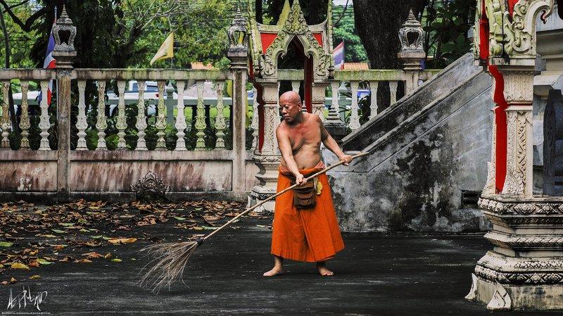 монах, тайланд, храм, метла, пхукет, буддизм Монахphoto preview