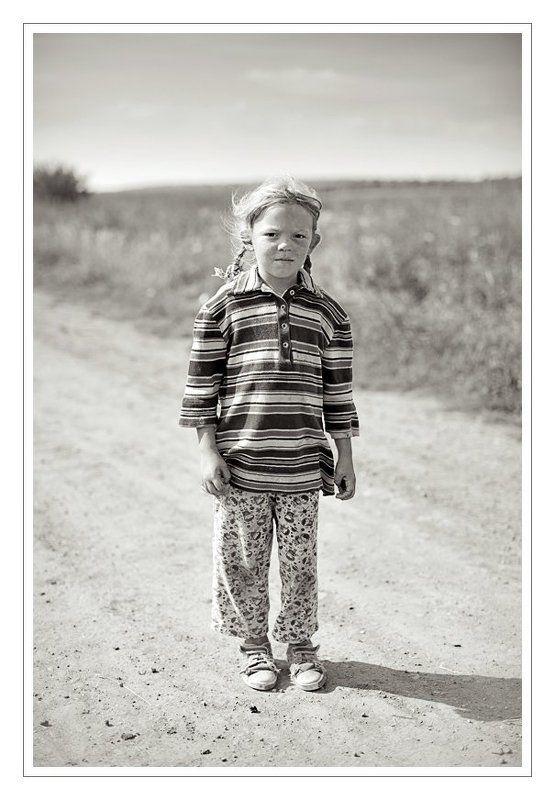 Портрет деревенской девочки на дороге.photo preview