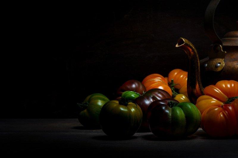food; tomate; tomato; gastronomie; fooding; black, dark; light; kitchen; red, green, orange, yellow; jug; pitcher; crock; Automatephoto preview