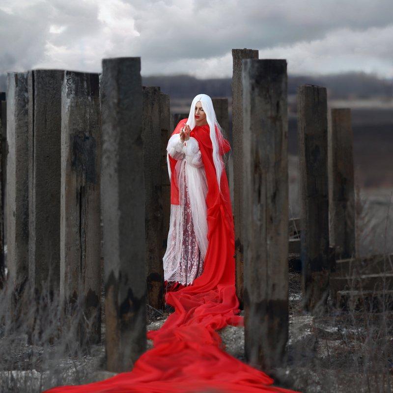 бесплодная земля, красный плащ, белые волосы, блондинка, сваи, хмурое небо, серый photo preview