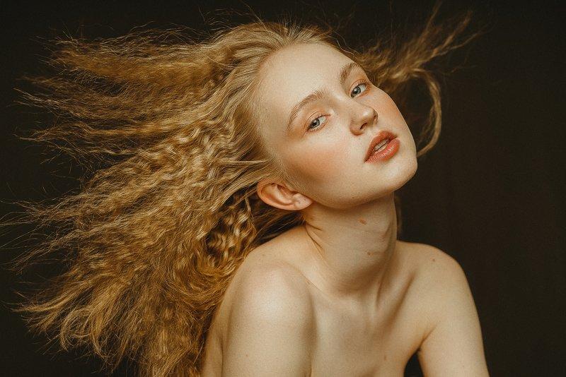 портрет, импульсный свет, молодые девушки, юность, юные, летящие волосы, длинные волосы Youngphoto preview