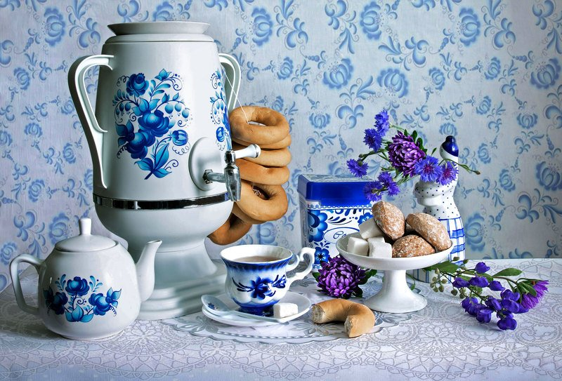 натюрморт , гжель, самовар, чайник,  чай, чашка, блюдце, сахар, баранки, ваза, пряники, скатерть, цаеты, петушок, собачка Гжельphoto preview