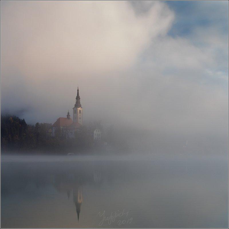 Туман на озере Бледphoto preview