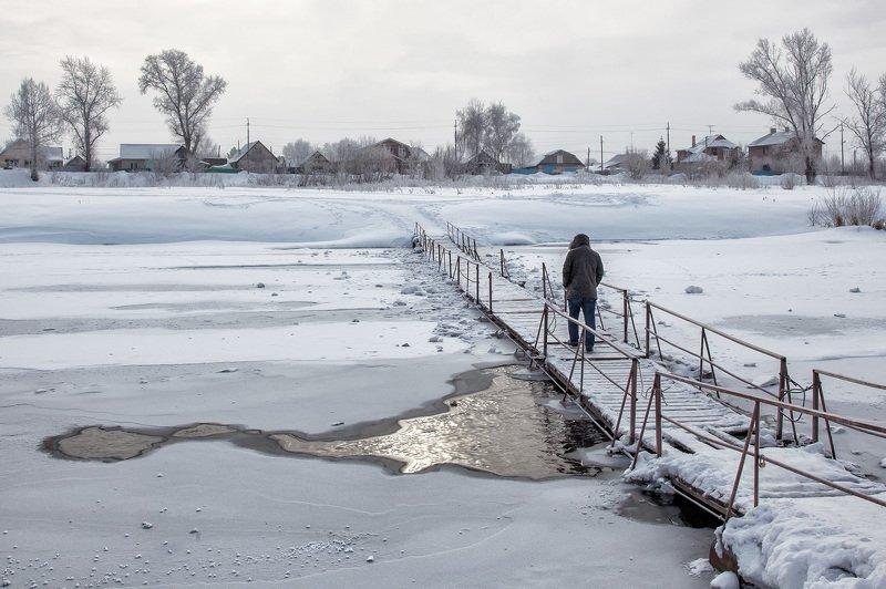 пейзаж, зима, река,мостик,полынья,деревня,снег, человек Морозноphoto preview