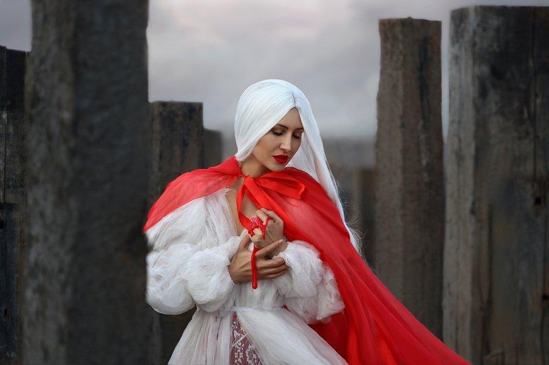 белый, красный, красный с белым, сваи, блондинка, белые волосы, красный плащ photo preview